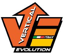Das Bild zeigt das Logo von Vertical Evolution. Ein großes V mit einem Pfeil im rechten Teil des V nach oben. Ein oranges E mit drei horizontalen Streifen, wobei zwischen dem untersten und mittleren die italienischen Flaggen FArben und ein Italy zu sehen sind. Unter dem V und dem E ein schwarzer Balken mit dem Wort Evolution.