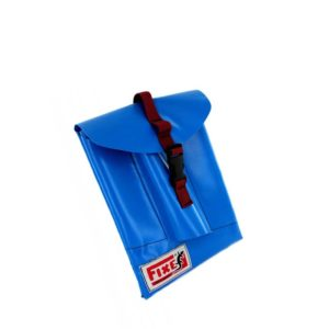 Das Bild zeigt eine blaue Einbohr Materialtasche aus PVC in einem weißem Quadrat. Die Tasche liegt in Bildmitte, hat einen schwarzen Verschluss und das HErstellerlogo links unten auf der Tasche.