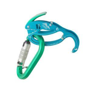Das Bild zeigt ein Austrialpin Fish Sicherungsgerät mit passendem Karabiner. Das türkis-blaue Produkt steht horizontal da, im unteren Teil ist der grüne Karabiner eingehängt. Der Ablasshebel ist leicht geöffnet.