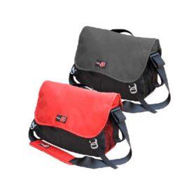 Das Bild zeigt die zwei Modelle der Bouldertasche Bee Bag von i´bbz. Der schwarze und rote Messenger Bag stehen leicht schräg übereinander. Man sieht die beiden Modelle so übersichtlich zum Vergleich.