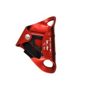 Das Bild zeigt die rote Bruststeigklemme Kong Cam Clean. Die Brustklemme steht aufrecht im Bild, mit den Aufhängeösen nach rechts und dem Klemmnocken-Block links.