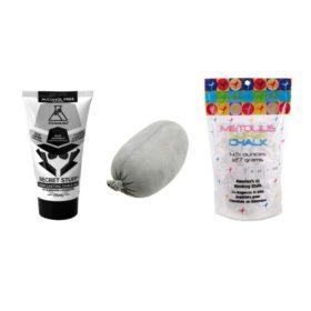 Das Bild zeigt drei Chalk Klettern produkte nebeneinander in einem weißem Quadrat. Eine Liquid Chalk Tube, einen Chalk BAll und einen Beutel loses Chalk.