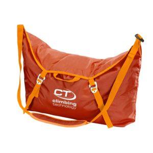 Das Bild zeigt den orangen Climbing Technology Seilsack City. Er steht aufrecht in Bildmitte und ist offensichtlich mit einem Seil gefüllt. An der Vorderseite hängt der Trageriemen.