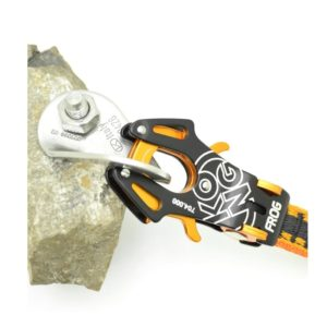 Das Bild zeigt die orange-schwarze Expressschlinge Kong Frog eingehängt in eine Lasche.
