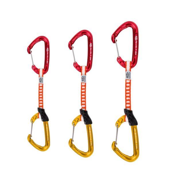 Das Bild zeigt drei Evo Expressschlingen von Climbing Technology. Die Express steht aufrecht im Bild. Oben der rote hakenseitige Karabiner, in der Mitte die weiss-rote Expressschlinge, unten der gelbe seilseitige Karabiner. Die Schnapper schauen nach links.