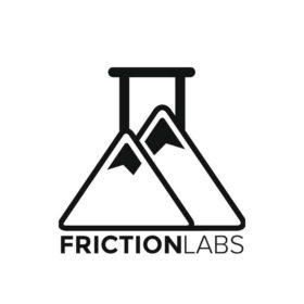 Das Bild zeigt das Logo von Frictionlabs. Zwei Chalk Pyramiden die auch einem Reagenzglas ähnlich sehen sollen. Darunter der Schriftzug