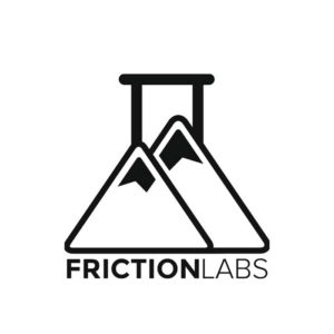 """Das Bild zeigt das Logo von Frictionlabs. Zwei Chalk Pyramiden die auch einem Reagenzglas ähnlich sehen sollen. Darunter der Schriftzug """"Frictionlabs""""."""