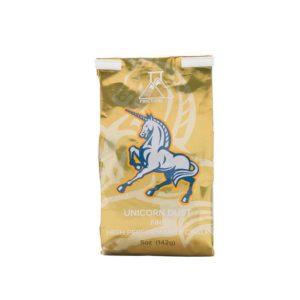 Das Bild zeigt eine goldene Packung Chalk. Man sieht die aufrecht stehende Packung von der Vorderseite mit dem Logo, dem Einhorn und dem Produktnamen darunter.