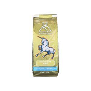 Das Bild zeigt eine goldene Packung Frictionlabs Unicorn Dust Chalk. Man sieht die aufrecht stehende Packung von der Vorderseite mit dem Logo, dem Einhorn und dem Produktnamen darunter.