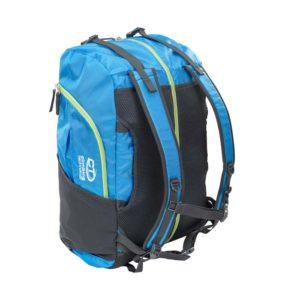 Das Bild zeigt den blau-schwarzen Kletterrucksack Falesia Climbing Technology. Man sieht den Bag seitlich von oben. So erkennt man das System des Rucksackes und auch die Details die gesamte Rückseite mit den Trageriemen und Zipper.