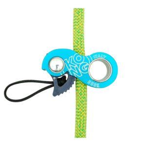 Das Bild zeigt eine eingehängte Kong Duck Mini Seilklemme. Die cyanfärbige Klemme ist in ein grünes Seil gehängt.