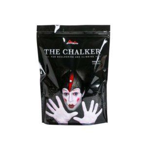 Das Bild zeigt eine Austrialpin Chalk Packung. Der schwarze Beutel ist von vorne zu sehen. Man erkennt deutlich den Joker miz denweißen Händen und den Schriftzug The Chalker.