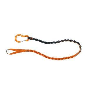 Das Bild zeigt die Materialschlinge Climbing Technology Whippy. Die orange-schwarze Schlinge liegt in einem HAlbkreis aufgelegt in Bildmitte des weißen Quadrates. Links die Einbindeschlaufe bzw. der Einhänge Karabiner.