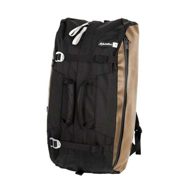 Das Bild zeigt einen beigen Metolius Crag Station Kletterrucksack. Man sieht den Bag schräg von der Vorderseite mit dem langen Front Zipper un ddem langen Seitentaschen Zipper.