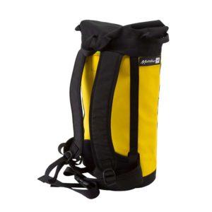 Das Bild zeigt einen gelb-orangen Metolius Haulpack schräg von der Seite. Der Rucksack steht in Bildmitte aufrecht da. Man sieht die Rückseite mit den schwarzen Trageriemen.
