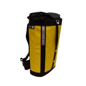 Das Bild zeigt einen gelb-orangen Metolius Express Haulpack schräg von der Seite. Der Rucksack steht in Bildmitte aufrecht da. Man sieht die Front mit geschlossenem, schwarzem Deckel und die schwarzen Trageriemen.