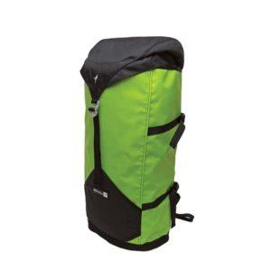Das Bild zeigt einen grünen Metolius Freerider Haulpack schräg von der Seite. Der Rucksack steht in Bildmitte aufrecht da. Man sieht die Front mit geschlossenem, schwarzem Deckel sowie die seitlichen Kompressionsriemen und die schwarzen Trageriemen.