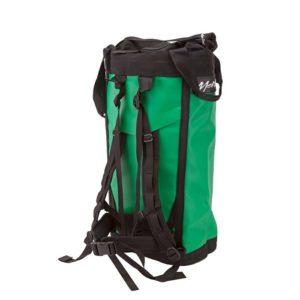 Das Bild zeigt einen grünen Metolius Haulpack schräg von der Rückseite. Der Rucksack steht in Bildmitte aufrecht da. Man sieht die Rückseite mit den schwarzen Trageriemen.