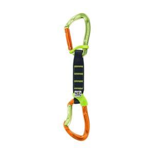 Das Bild zeigt eine Nimble Fixbar Pro Expressschlinge von Climbing TEchnology. Die Express steht aufrecht im Bild. Oben der grüne hakenseitige Karabiner, in der Mitte die schwarze Expressschlinge, unten der orange seilseitige Karabiner. Die Schnapper schauen nach links.