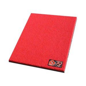Das Bild zeigt dass rote Schuhputz Mini Crashpad von i´bbz. Man sieht den gedämpften Teppich von oben und erkennt die dünne, dunkle Schaumstoffschichte an der Unterseite.