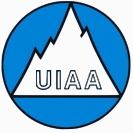 Das Bild zeigt das UIAA Safety Label. Einen mehrzackigen weißen Berg mit dem UIAA Schriftzug darunter in einem blauen Kreis.