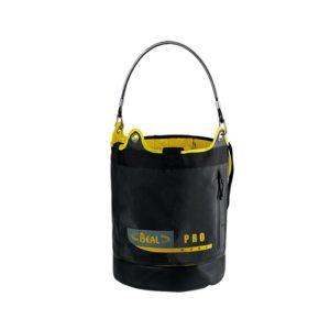 Das Bild zeigt den Werkzeugeimer Beal Genius Bucket. Der schwarze Kunststoffeimer ist in Bildmitte eines weißen Quadrates. Mansieht oben die leicht gelbe Öffnung sowie den Trageriemen.