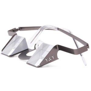 Das Bild zeigt die Y & Y Sicherungsbrille classic in einem weißem Quadrat. Die Brille liegt waagrecht da und man sieht den Metallrahmen, das Glas Prisma und die Bügel.