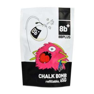 Das Bild zeigt eine Packung der 8bplus Chalk Bomb. Man sieht die Packung von vorne und erkennt viele Details. Wie die Comic Zeichnung eines Chalkball essenden Chalkbags, das 8bplus Logo und Text mit schwarzem Hintergrund.