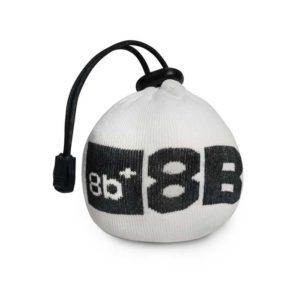 Das Bild zeigt die 8bplus Chalk Bomb. Der wiederbefüllbare Chalkball ist von vorne zu sehen Man erkennt das produt sehr genau und auch das Logo am Netz des Balles.