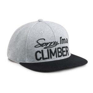 """Das Bild zeigt das graue 8bplus Snapback Cap Sorry. Es ist von links oberhalb zu sehen und man erkannt den Spruch auf der Stirnseite """"Sorry I´m a climber!"""""""