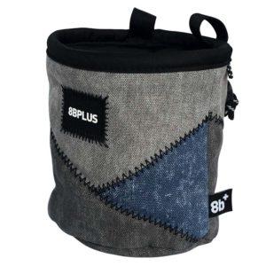 Das Bild zeigt das 8bplus Chalkbag Pro grau-blau. Es ist von der Seite zu sehen. Man erkennt die Produktdetails wie Außenmaterial, Befestigungsschlaufen und Verschlusskordel.