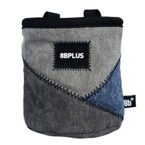 Das Bild zeigt das 8bplus Chalkbag Pro grau-blau. Es ist von vorne zu sehen. Man erkennt die Produktdetails wie Außenmaterial, Befestigungsschlaufen und Verschlusskordel.