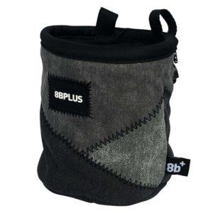 Das Bild zeigt das 8bplus Chalkbag Pro schwarz-grau. Es ist von der Seite zu sehen. Man erkennt die Produktdetails wie Außenmaterial, Befestigungsschlaufen und Verschlusskordel.
