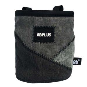 Das Bild zeigt das 8bplus Chalkbag Pro schwarz-grau. Es ist von vorne zu sehen. Man erkennt die Produktdetails wie Außenmaterial, Befestigungsschlaufen und Verschlusskordel.