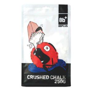 Das Bild zeigt eine Packung des 8bplus Crushed Chalk. Man sieht die Packung von vorne und erkennt viele Details. Wie die Comic Zeichnung eines Chalk verschlingenden Chalkbags, das 8bplus Logo und Text mit schwarzem Hintergrund.