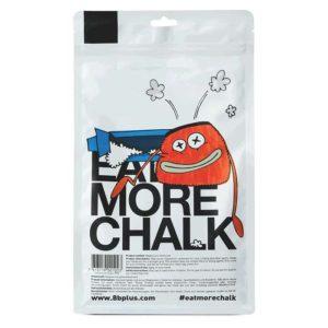 Das Bild zeigt eine Packung des 8bplus Powder Chalk. Man sieht die Packung von hinten und erkennt viele Details. Wie die Comic Zeichnung aufgeblasenen Chalkbags und Text.