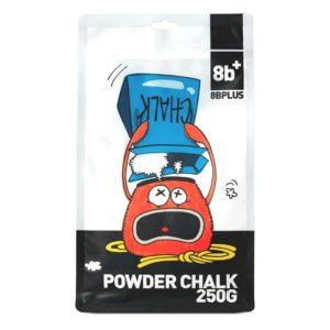 Das Bild zeigt eine Packung des 8bplus Powder Chalk. Man sieht die Packung von vorne und erkennt viele Details. Wie die Comic Zeichnung eines Chalk duschenden Chalkbags, das 8bplus Logo und Text mit schwarzem Hintergrund.