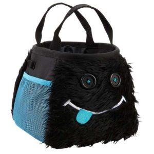 Das Bild zeigt das Boulder Chalkbag Monster Hector von schräg rechts. Der schwarze, lustige Magnesiumbeutel hat zwei Knöpfe als Augen und einen Mund herausgestreckter Zunge sowie zwei seitliche Arme.