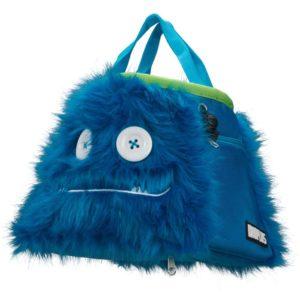 Das Bild zeigt das Boulder Chalkbag Monster Maxwell von schräg links. Der blaue, lustige Magnesiumbeutel hat zwei Knöpfe als Augen und einen Mund mit kleinen Zähnen sowie zwei ausgestreckte Arme.