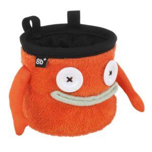 Das Bild zeigt das Chalkbag Monster Floyd von leicht links oberhalb. Der orange, lustige Magnesiumbeutel hat zwei Knöpfe als Augen und einen grauen Mund sowie zwei seitliche Arme.