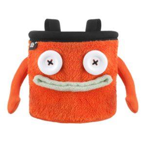 Das Bild zeigt das Chalkbag Monster Floyd von vorne. Der orange, lustige Magnesiumbeutel hat zwei Knöpfe als Augen und einen grauen Mund sowie zwei seitliche Arme.