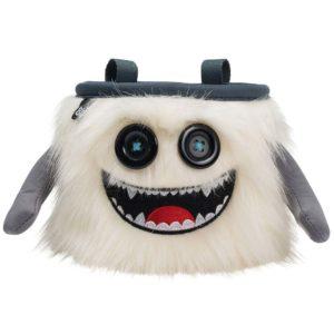 Das Bild zeigt das Chalkbag Monster Manny von leicht links oberhalb. Der weiße, lustige Magnesiumbeutel hat zwei Knöpfe als Augen und einen schwarzen Mund mit vielen kleinen Zähnen sowie zwei seitliche Arme.