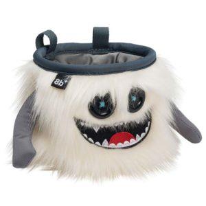 Das Bild zeigt das Chalkbag Monster Manny von vorne. Der weiße, lustige Magnesiumbeutel hat zwei Knöpfe als Augen und einen schwarzen Mund mit vielen kleinen Zähnen sowie zwei seitliche Arme.