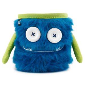 Das Bild zeigt das Chalkbag Monster Max von vorne. Der blaue, lustige Magnesiumbeutel hat zwei Knöpfe als Augen und einen Mund mit zwei kleinen Zähnen sowie zwei seitliche Arme.