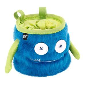 Das Bild zeigt das Chalkbag Monster Max von leicht links oberhalb. Der blaue, lustige Magnesiumbeutel hat zwei Knöpfe als Augen und einen Mund mit zwei kleinen Zähnen sowie zwei seitliche Arme.