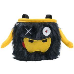 Das Bild zeigt das Chalkbag Monster Phil von vorne. Der schwarze, lustige Magnesiumbeutel hat zwei Knöpfe als Augen und einen gelben Mund mit zwei kleinen Zähnen sowie zwei seitliche Arme.