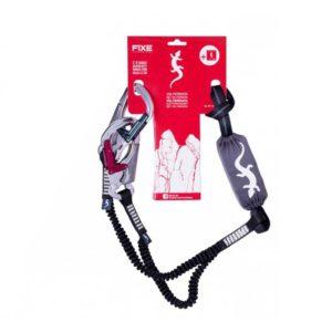 Das Bild zeigt das Fixe Klettersteigset Via Ferratum Pro inkl. dem Verpackungskarton. Das Set ist in Bildmitte zu sehen, es hängen die Endkarabiner bzw. Befestigungsschlaufe oben im roten Verpackungskarton.