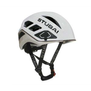 Das Bild zeigt den Kletterhelm Stubai Nimbus in weiss. der Helm liegt waagrecht in Bildmitte und man schaut etwas von der Seite und oberhalb darauf. Man erkennt deutlich alle wichtigen produktdetails, den Stubai Schriftzug sowie die Kinnriemen.
