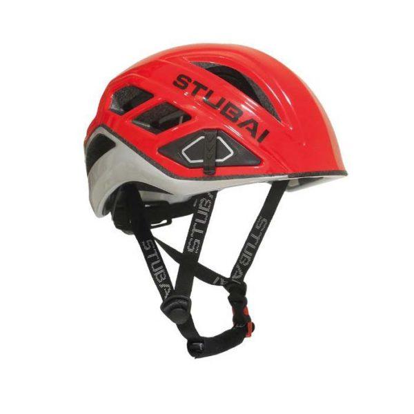 Das Bild zeigt den Kletterhelm Stubai Nimbus in rot. der Helm liegt waagrecht in Bildmitte und man schaut etwas von der Seite und oberhalb darauf. Man erkennt deutlich alle wichtigen produktdetails, den Stubai Schriftzug sowie die Kinnriemen.