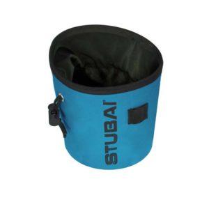 Das Bild zeigt ein Stubai Chalkbag in der Farbe Blau von schräg seitlich und leicht oberhalb. Man erkennt den Magnesiumbeutel sehr gut und sein Design, sowie den Logo Schriftzug, den Bürstenhalter und der Tanka Verschluss.